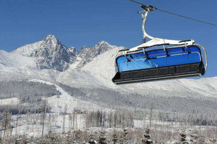 Moderne Lifte und ein markantes Bergpanorama prägen den Blick im Skigebiet Tatranská Lomnica.