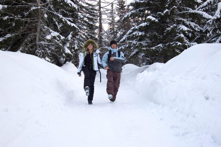 Winterwanderer auf geräumten Pfad in der Hohen Tatra.