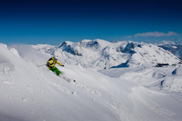 Freerider genießt den Tiefschneehang im Skigebiet Tauplitz.