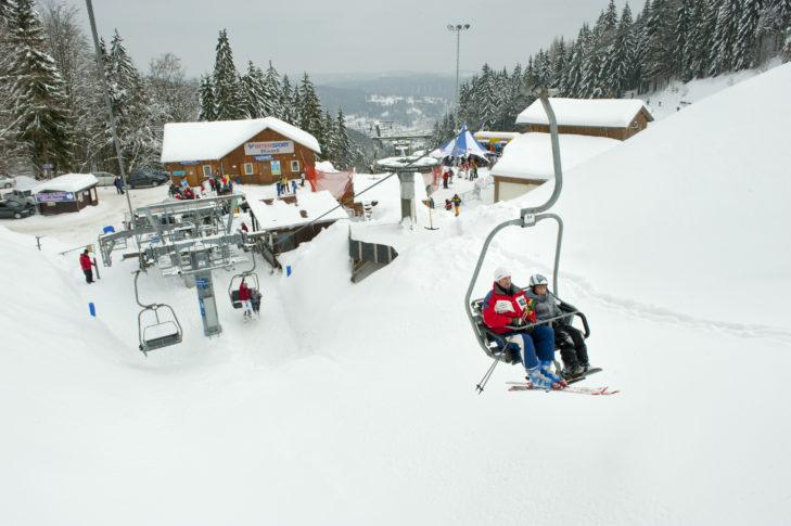 Im Thüringer Wald finden vor allem Familien mit Kindern ideale Skigebiete vor.