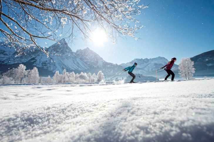 Langläufer in der idyllischen Winterlandschaft der Zugspitz Arena.