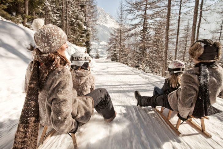 Skigebiet Lermoos/Grubigstein: Familie auf der Rodelbahn.
