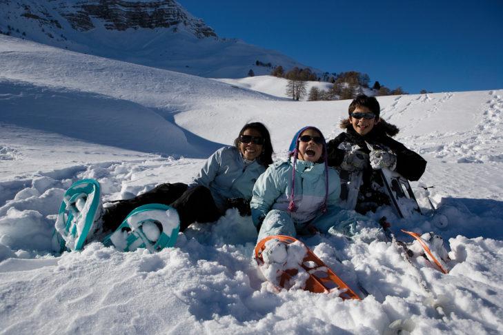 Familien haben Spaß am Schneeschuhwandern rund um Vars.