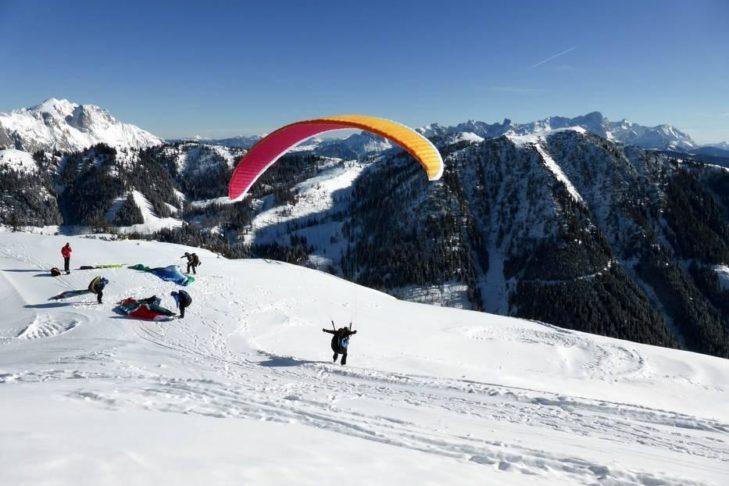 Paragliding: Abheben statt auf der Piste bleiben und den Blick auf Werfenweng genießen.