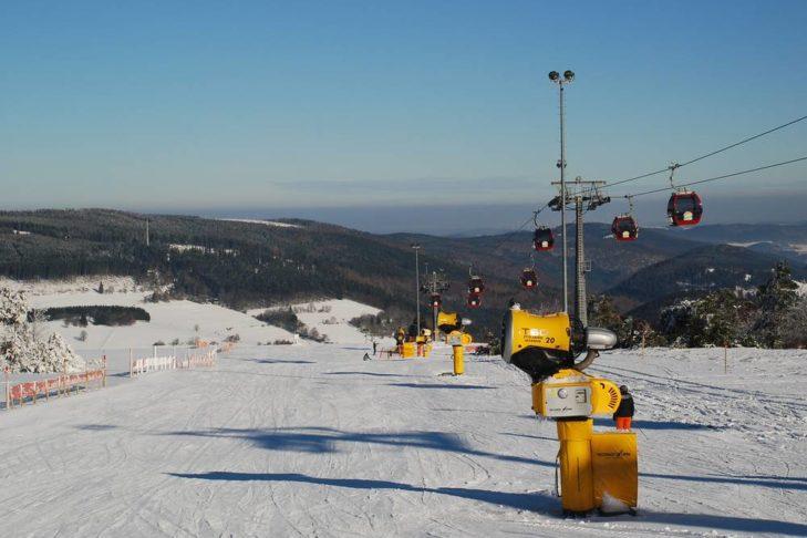 Wintersportler freuen sich im Skigebiet Willingen auf 16 Pistenkilometer.