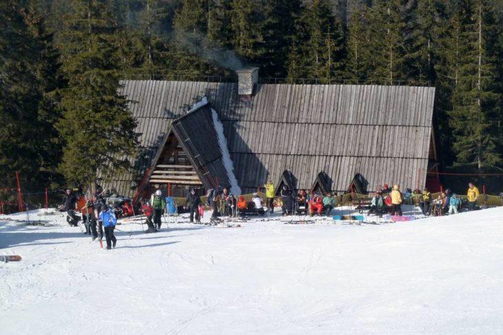 Entspannen auf der Hütte im Skigebiet Kasprowy Wierch.