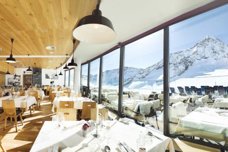 Heller Innenbereich und Sonnenterrasse des Restaurant Schaufelspitz am Stubaier Gletscher.