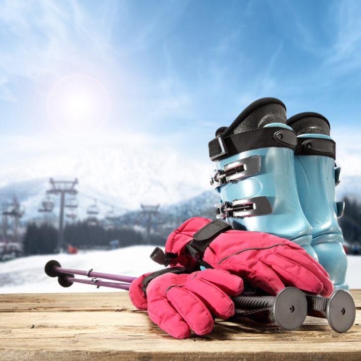 Skihandschuhe, Skistöcke und Skischuhe.