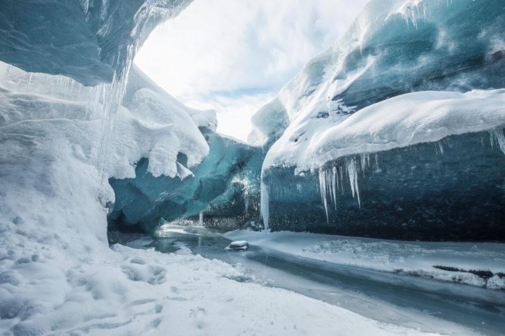 Blick in eine Gletscherspalte in Island.