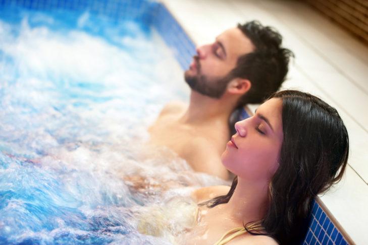 Pärchen im Whirlpool: Wellness im Erwachsenenhotel.