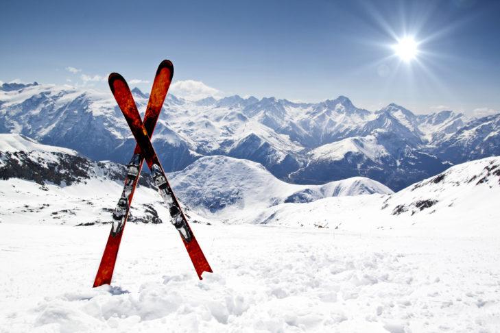 Neue Ski im Schnee: Ob eigene Ski oder Leihski, Wintersportler müssen abwägen.