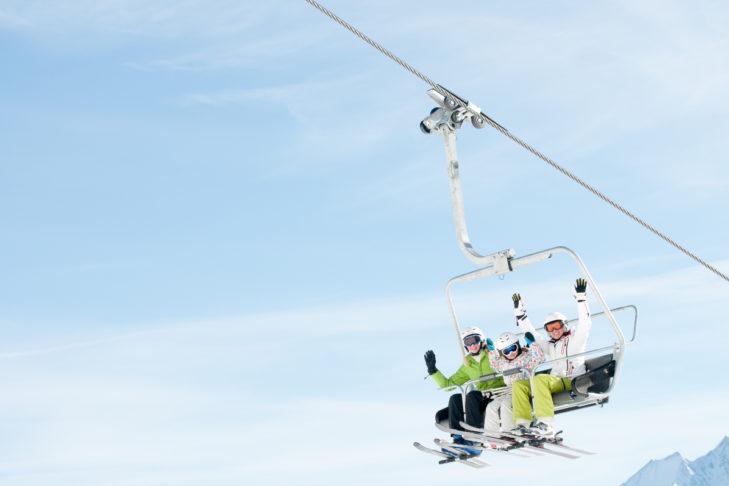 Mit ein paar Tricks kann die ganze Familie in den Skiurlaub.
