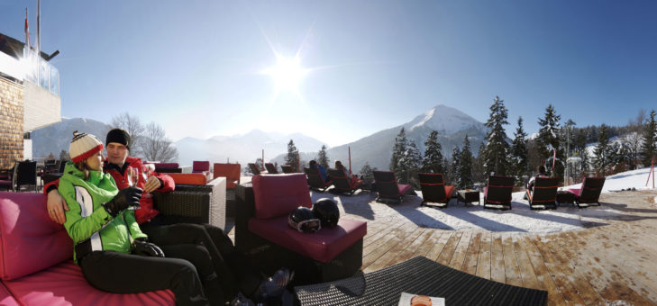 Schicke Sonnenterrasse im Skigebiet.