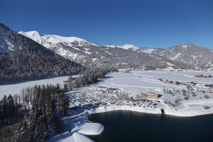 Winterliches Achenkirch am Seeufer.