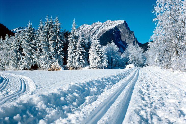 Loipe im tief verschneiten Bregenzerwald.