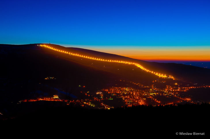 Blick bei Nacht aufs Skigebiet SKI & SUN Świeradów-Zdrój.