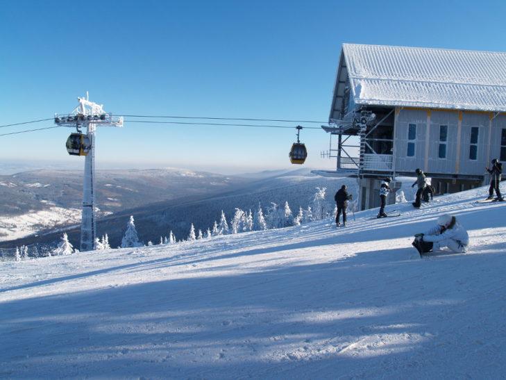 Im Skigebiet SKI & SUN Świeradów-Zdrój bringt eine Gondel die Skifahrer auf rund 1.000 m hinauf.