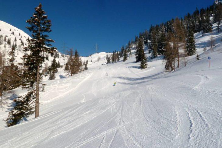 Das Skigebiet Marienberg liegt direkt oberhalb des Skiortes Biberwier mit Blick auf die Zugspitze.