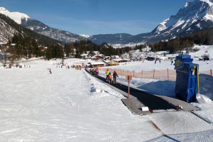 Ein Zauberteppich befördert die Kleinsten im Skigebiet Marienberg hinauf.