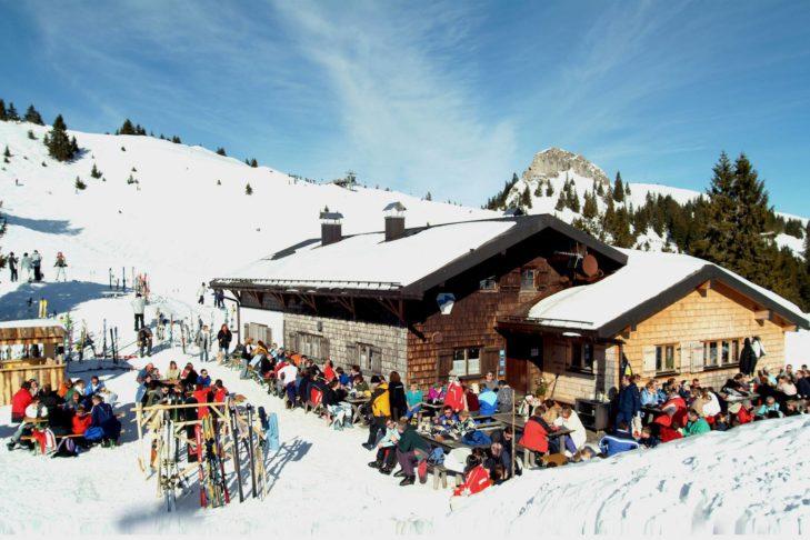 Gemütliche Sonnenterrasse an der Skihütte.