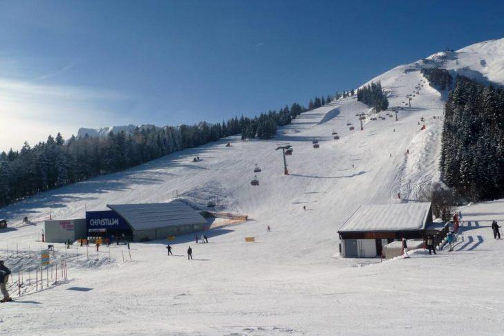 Skigebiet Christlum: Sonnige Talabfahrt zum Sessellift.
