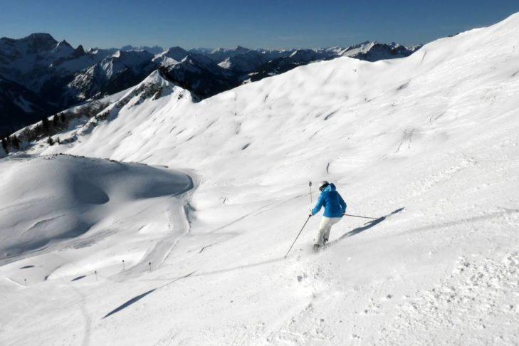 Skifahrer auf einer der steileren Pisten am Diedamskopf.