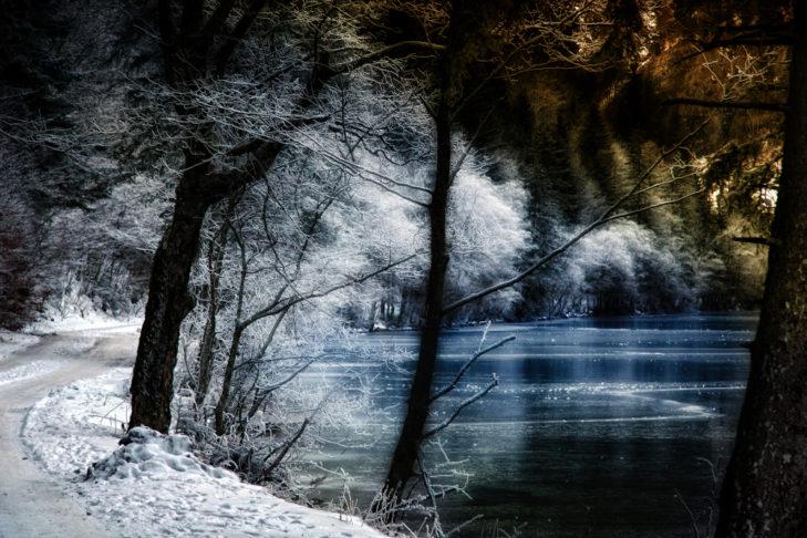 Idyllischer Winterwanderweg am Ufer des Sees.