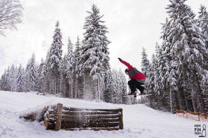 Skigebiet Erlbach-Kegelberg: Hölzerner Kicker im NinePin Park.