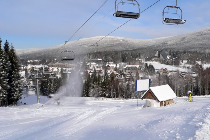 Das Skigebiet Sportareal Harrachov liegt mitten im tschechischen Riesengebirge.