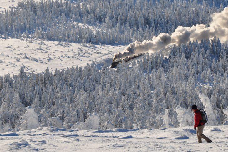Skigebiet Braunlage Wurmberg: Die Harzer Schmalspurbahn ist ebenso in der Winterlandschaft unterwegs wie rüstige Winterwanderer.