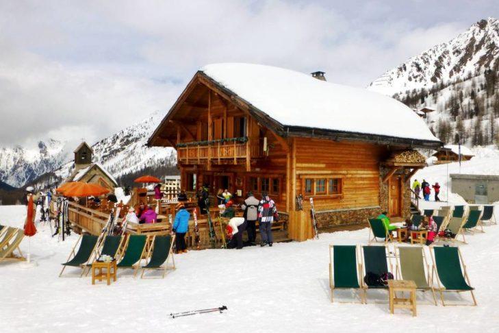 Urige Hütten laden im Skigebiet Isola 2000 zu Einkehrschwüngen ein.