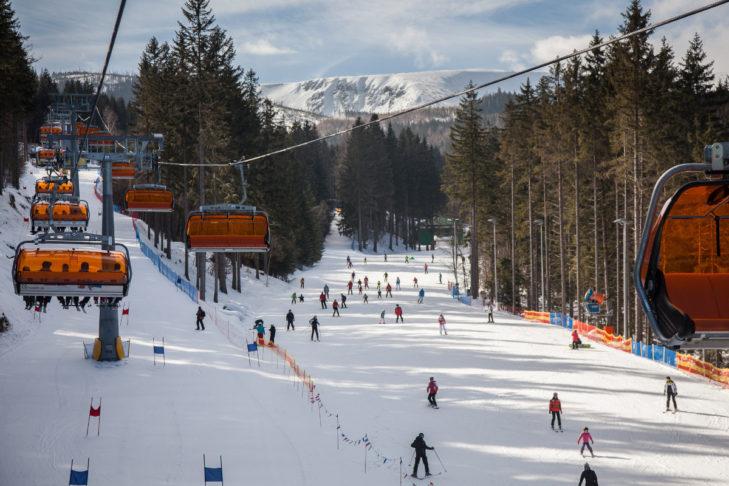 Das Skigebiet Śnieżka-Karpacz liegt auf der polnischen Seite der Schneekoppe.