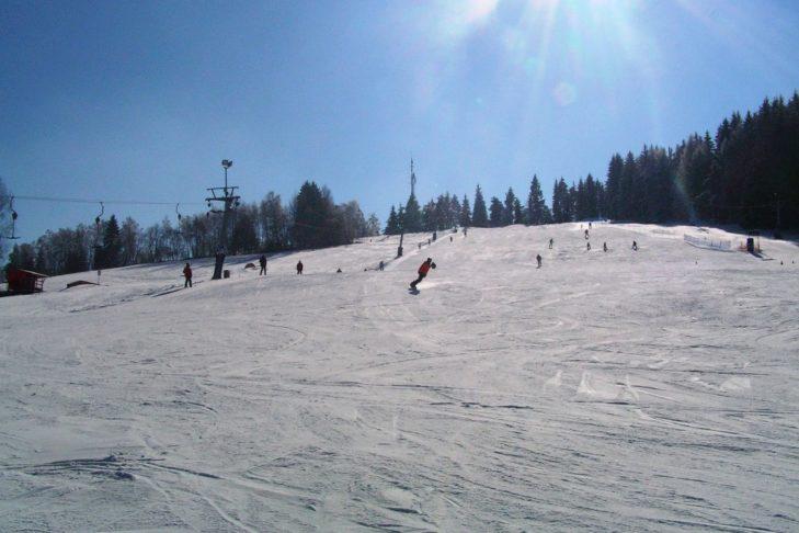 Sonnige Hauptabfahrt im Skigebiet Kašperské Hory.