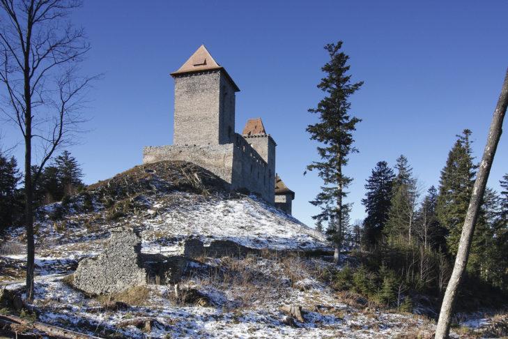 Burg Kašperk oberhalb des Ortes.