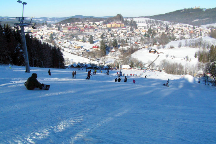 Blick von der Piste auf Kašperské Hory.