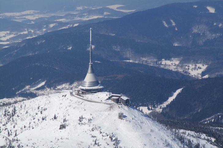 Im Skigebiet Ještěd erleben Winterurlauber 9,5 Pisten- und 170 Loipenkilometer.