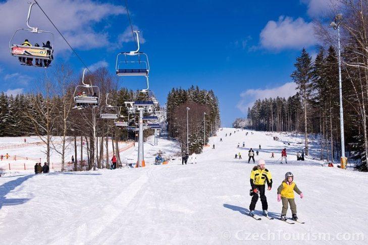 Familienfreundliche Piste im Skigebiet Lipno.