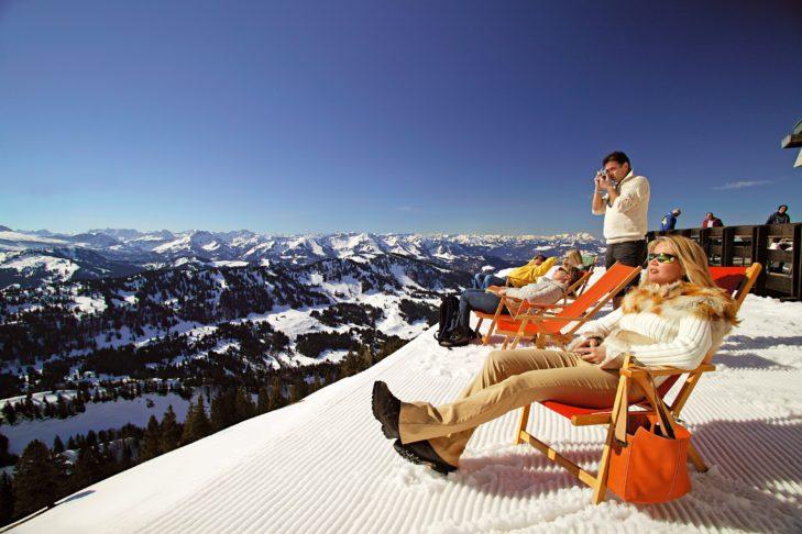 Skigebiet Oberstaufen: Die Hütten laden mit Sonnenterrassen zum Verweilen ein.