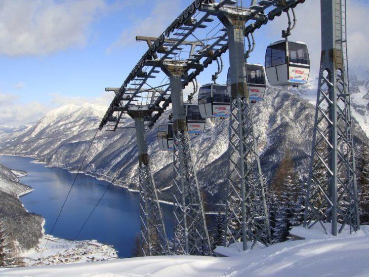 Skigebiet Zwölferkopf mit Blick auf den Achensee.