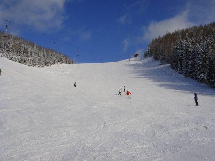 Breite Pisten im Skigebiet Zwölferkopf laden zu großen Schwüngen ein.