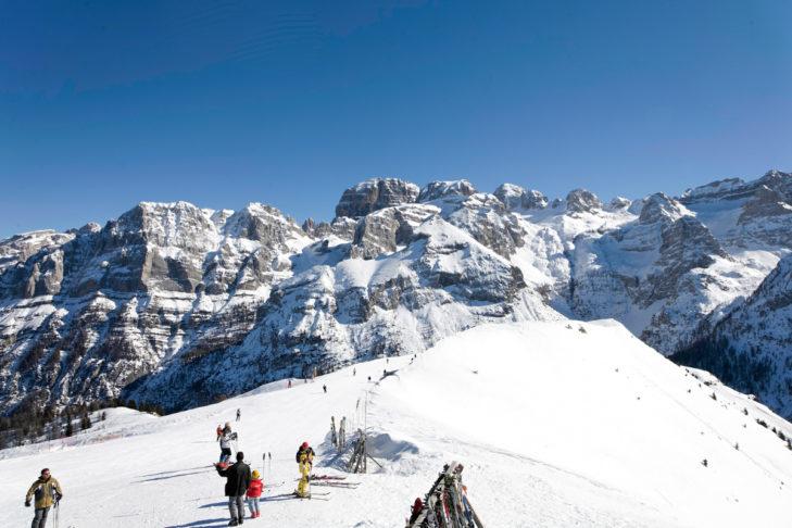 Die Bergketten im Skigebiet Pinzolo beeindrucken.