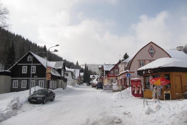 Skigebiet Pec pod Snezkou: Verschneite Hauptstraße in Pec.