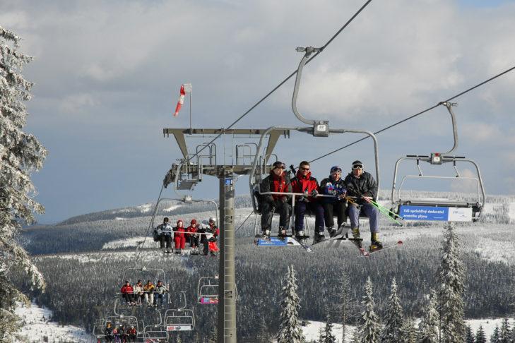 Skigebiet Pec pod Snezkou: Mit dem 4er-Sessellift geht es auf die Piste.