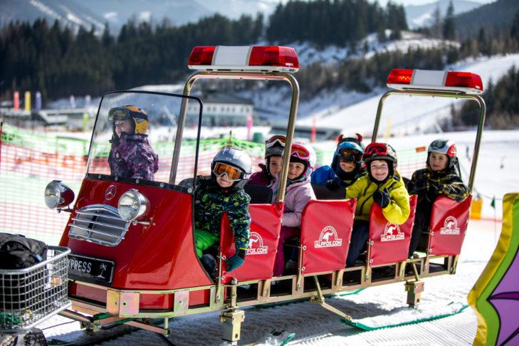 Skischulkinder im Schnee-Express.