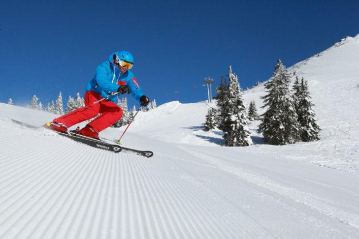 Ein Skifahrer genießt die frisch präparierte Piste am Präbichl.