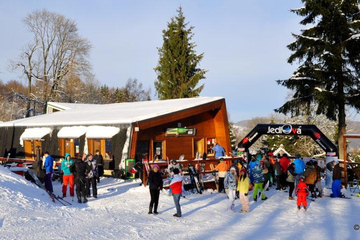 Skigebiet Jedlová: Hütten laden zum Einkehrschwung.
