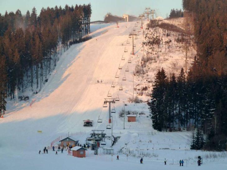 Sechs Aufstiegshilfen führen im Skigebiet Schöneck gen Gipfel.