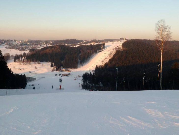 Im familienfreundlichen Skigebiet Schöneck erwarten Wintersportler 2,5 Pistenkilometer.