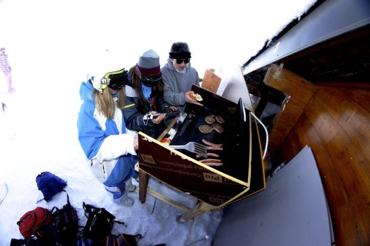 Grillen im Schnee im Skigebiet Les 7 Laux.