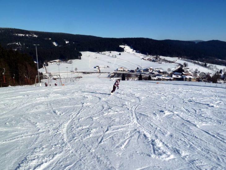 Blick auf bewaldete Hügel im Skigebiet St. Englmar.